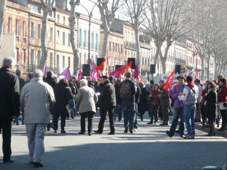フランスでは頻繁に各地でデモが行われ、市民が政治を動かす実例が広く浸透している。