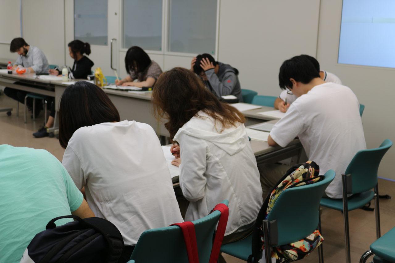 課題に取り組む受講生たち