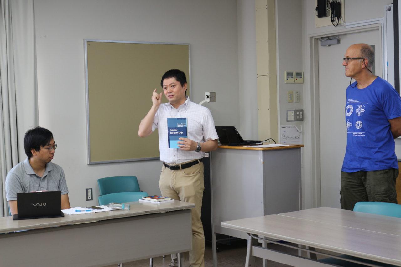 ディトマーシュ先生の著書を紹介する佐野先生